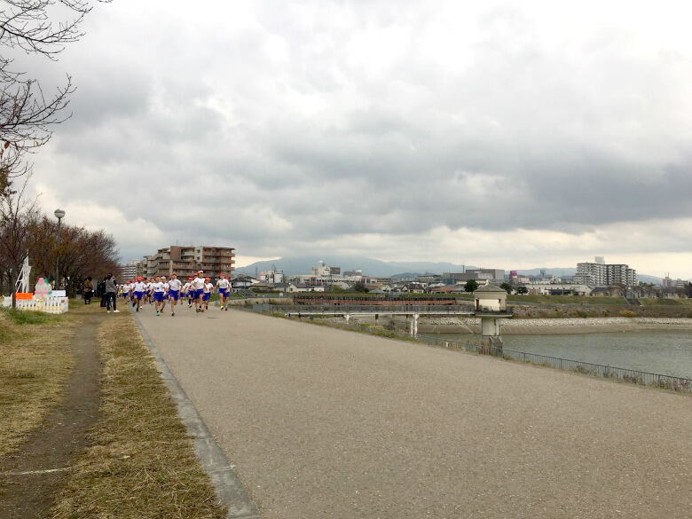 小学生が狭山池でマラソン