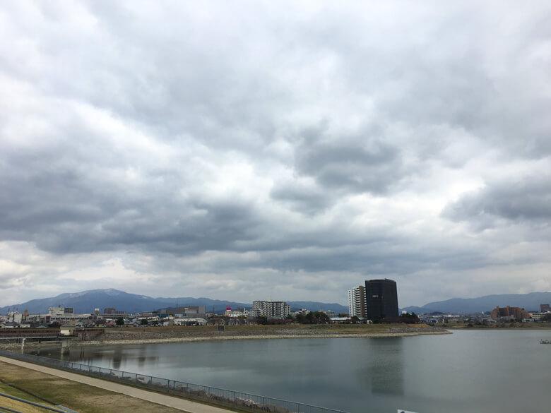 風が冷たいポン☆ 山のてっぺんは、雪が積もってるポン(*^ω^*)