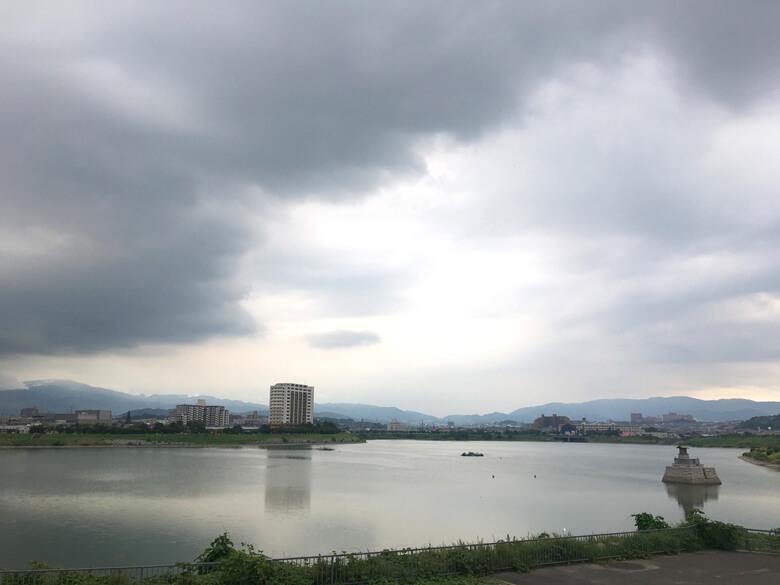 どんより〜空、 狭山池が黒く見えるポン☆