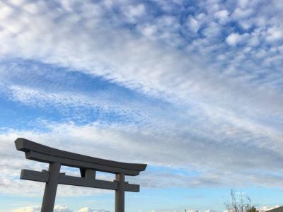 狭山池の鳥居と秋の空