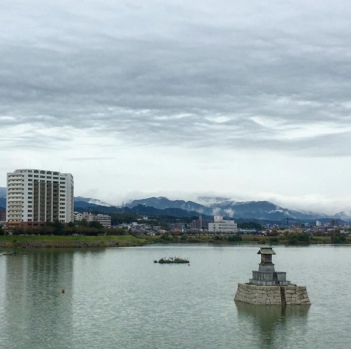 山に雲がかかってる