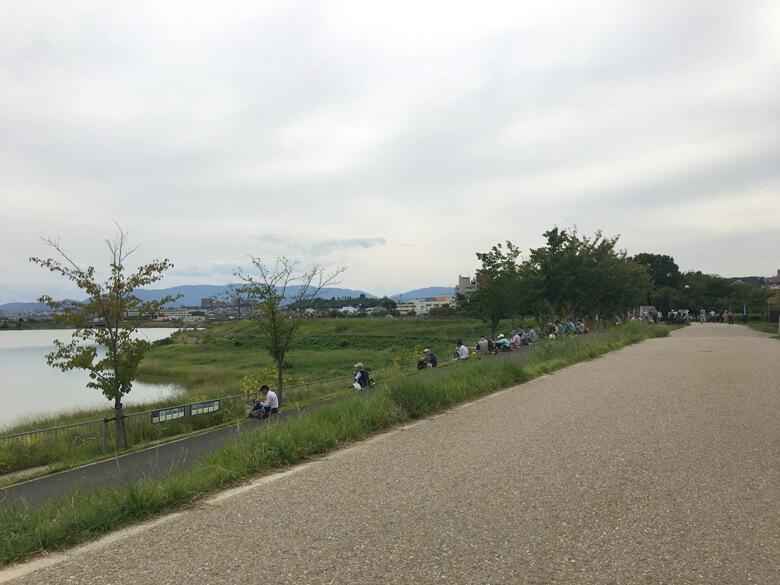 龍神社の近くに、たくさん人いるポン☆ ご飯食べてるポーン(*゚▽゚*)