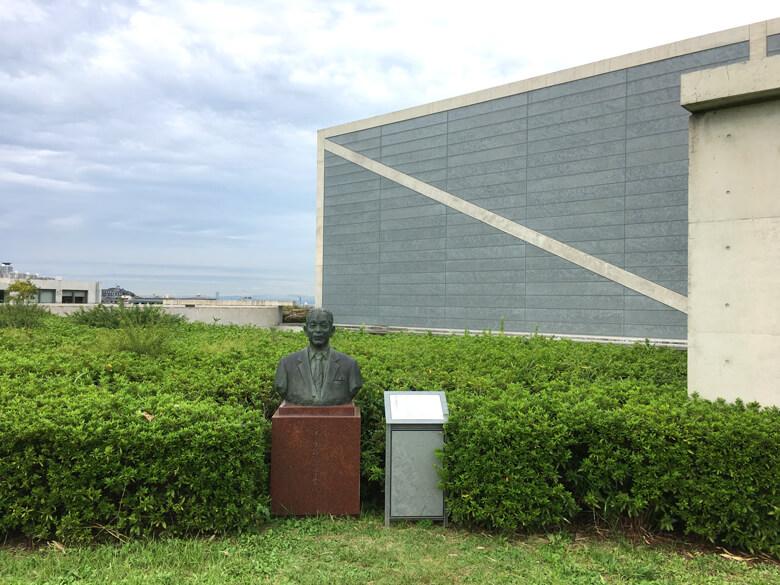 博物館入口にある末永雅雄 博士の銅像だポン☆