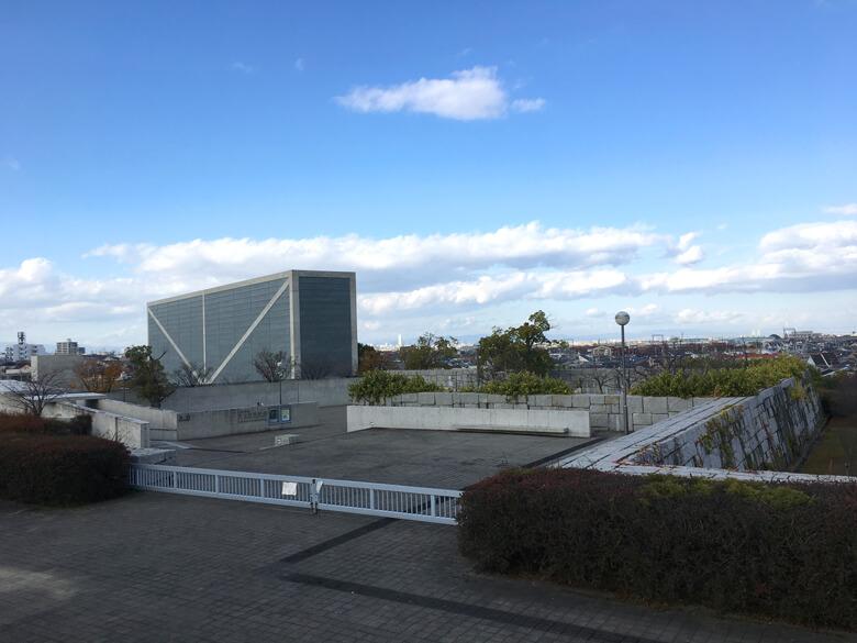 青い空、雲びろ〜ん♬ 博物館、休みだポンよ〜(*^ω^*)