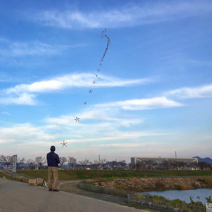 狭山池の秋空に連凧