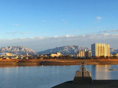 狭山池と雪の金剛山