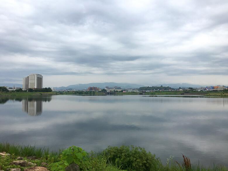 どんより雲、狭山池に映ってるポンよ〜♪