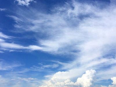 青い空、雲モコモコモコ