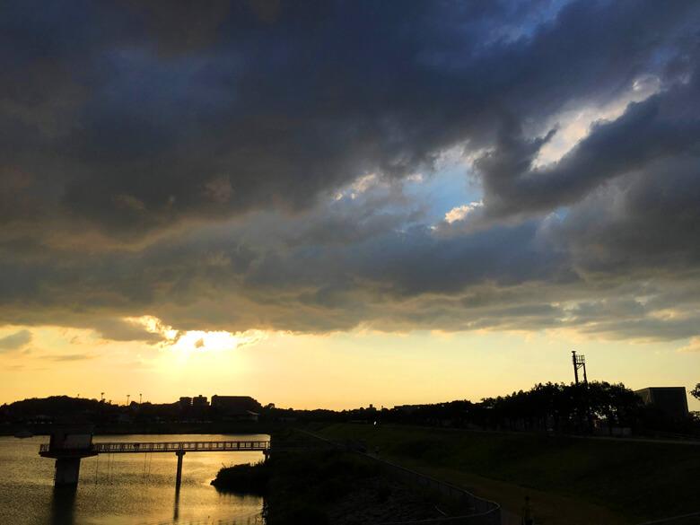 くろ〜い雲、夕日みえないポン☆