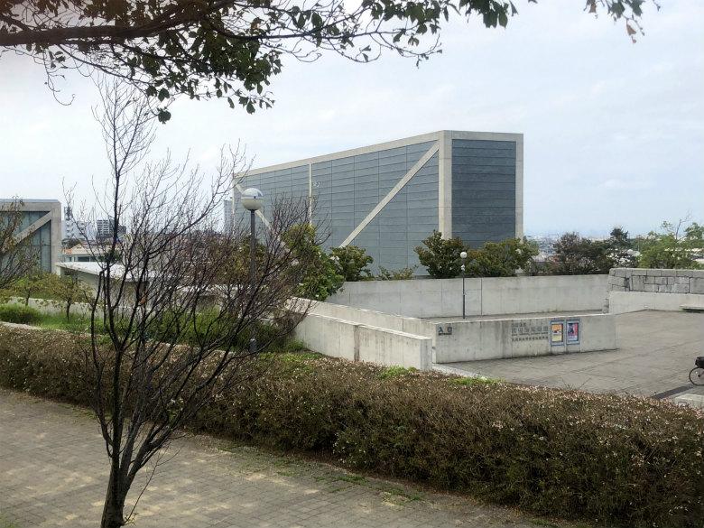 博物館の前に桜☆咲いてるポン♪