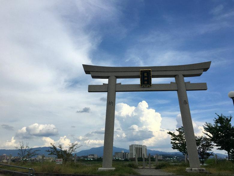 鳥居と入道雲がポーン☆