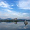 ふわふわ雲と水鏡の狭山池がポン